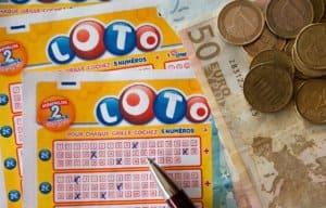 Lotto Schein und Geld